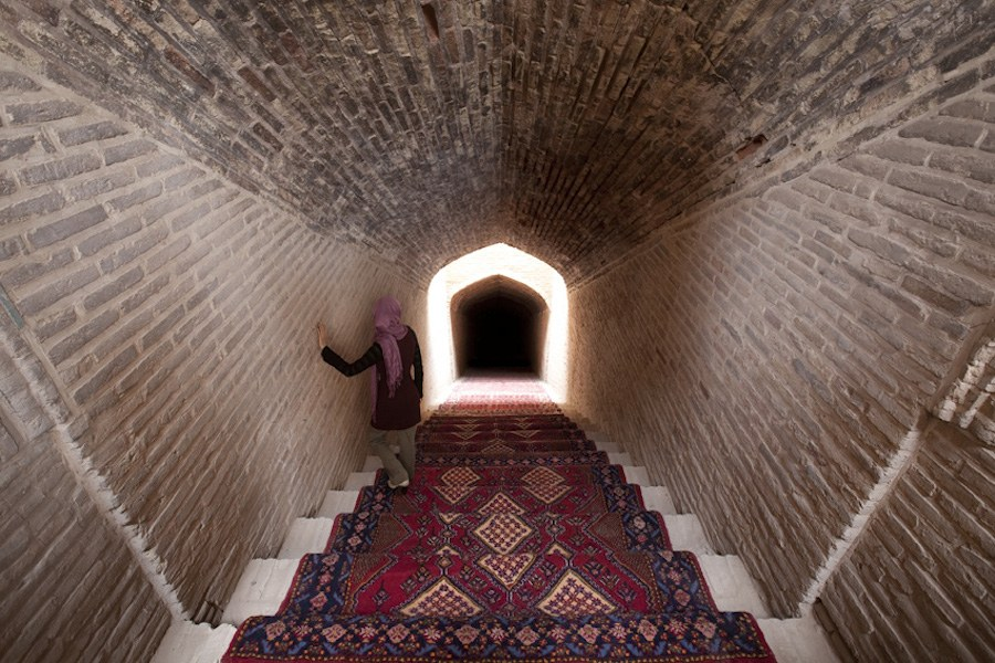 unexpected-photographs-with-persian-carpets-11