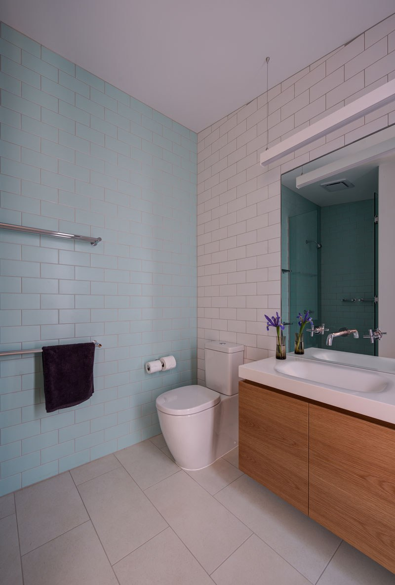 blue-white-wood-bathroom-231116-1041-10