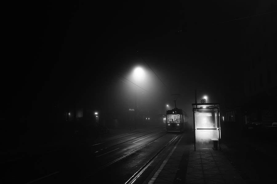 mysterious-black-and-white-urban-scenes-in-the-fog-0-900x600