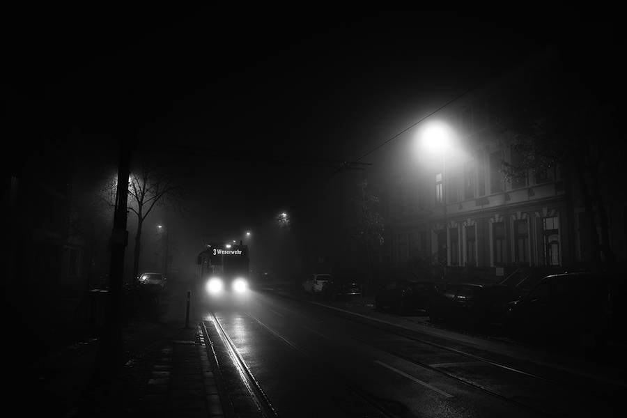 mysterious-black-and-white-urban-scenes-in-the-fog-1-900x600