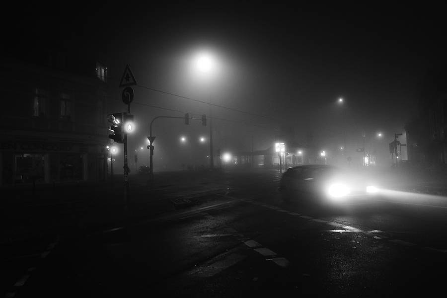mysterious-black-and-white-urban-scenes-in-the-fog-11-900x600