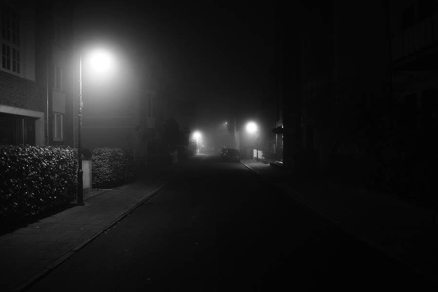 mysterious-black-and-white-urban-scenes-in-the-fog-12-900x600