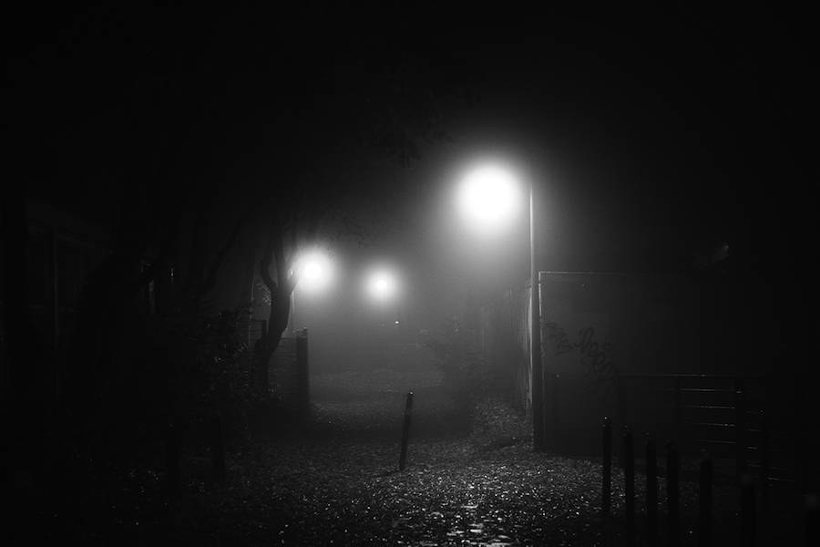 mysterious-black-and-white-urban-scenes-in-the-fog-13-900x600