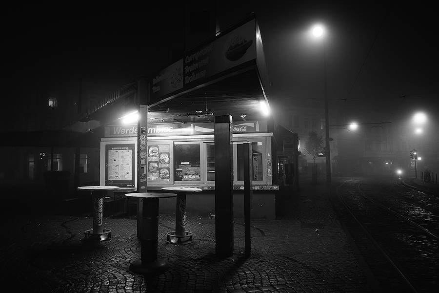 mysterious-black-and-white-urban-scenes-in-the-fog-15-900x600