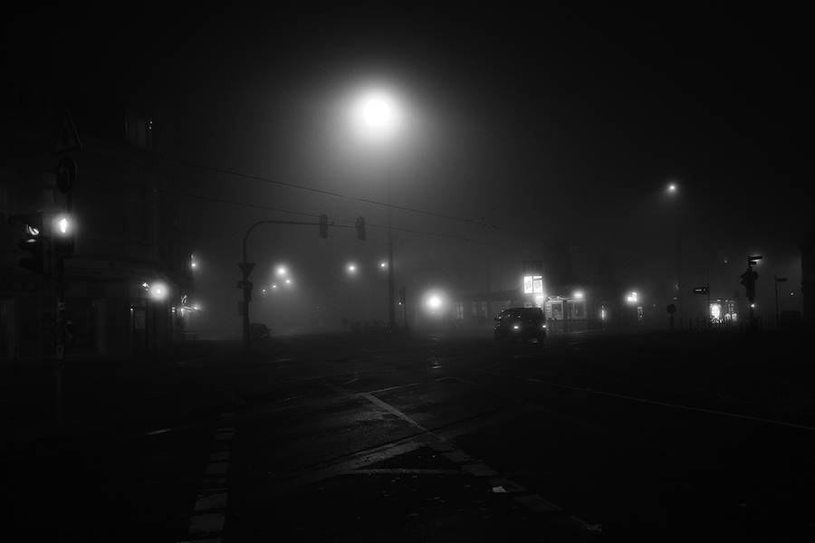 mysterious-black-and-white-urban-scenes-in-the-fog-16-900x600