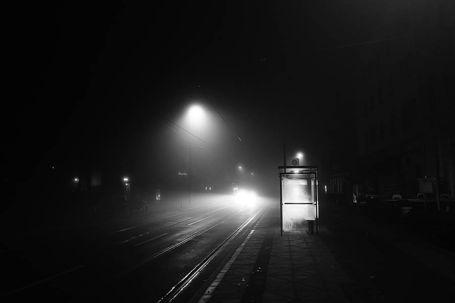 mysterious-black-and-white-urban-scenes-in-the-fog-18-900x600