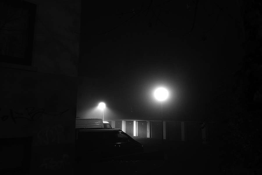 mysterious-black-and-white-urban-scenes-in-the-fog-3-900x600