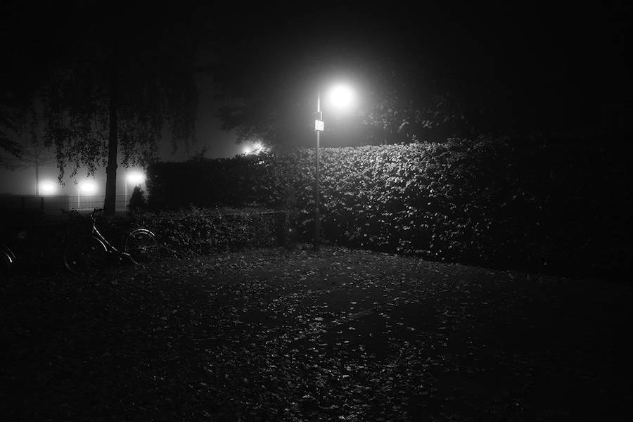 mysterious-black-and-white-urban-scenes-in-the-fog-4-900x600