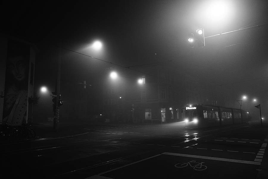 mysterious-black-and-white-urban-scenes-in-the-fog-5-900x600