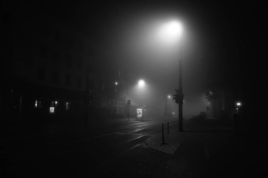 mysterious-black-and-white-urban-scenes-in-the-fog-6-900x600