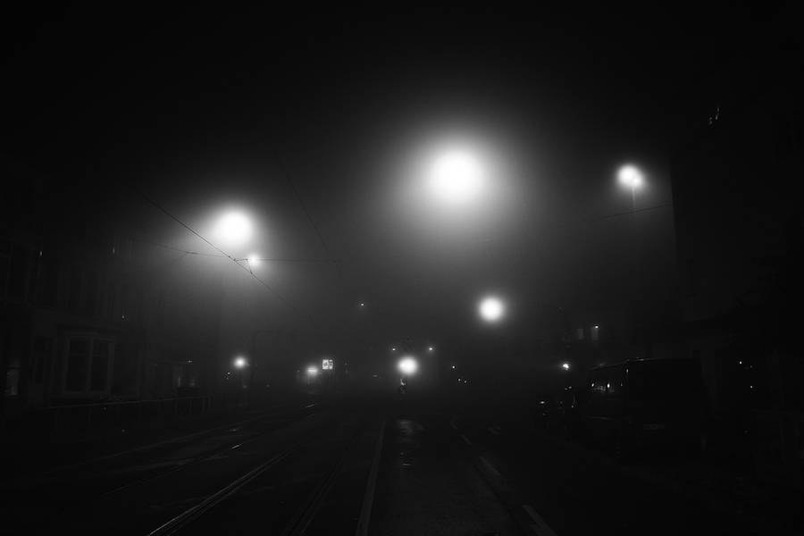 mysterious-black-and-white-urban-scenes-in-the-fog-8-900x600