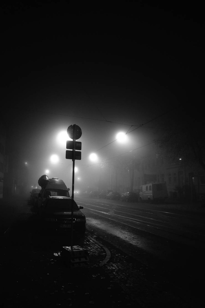 mysterious-black-and-white-urban-scenes-in-the-fog-9-900x1350