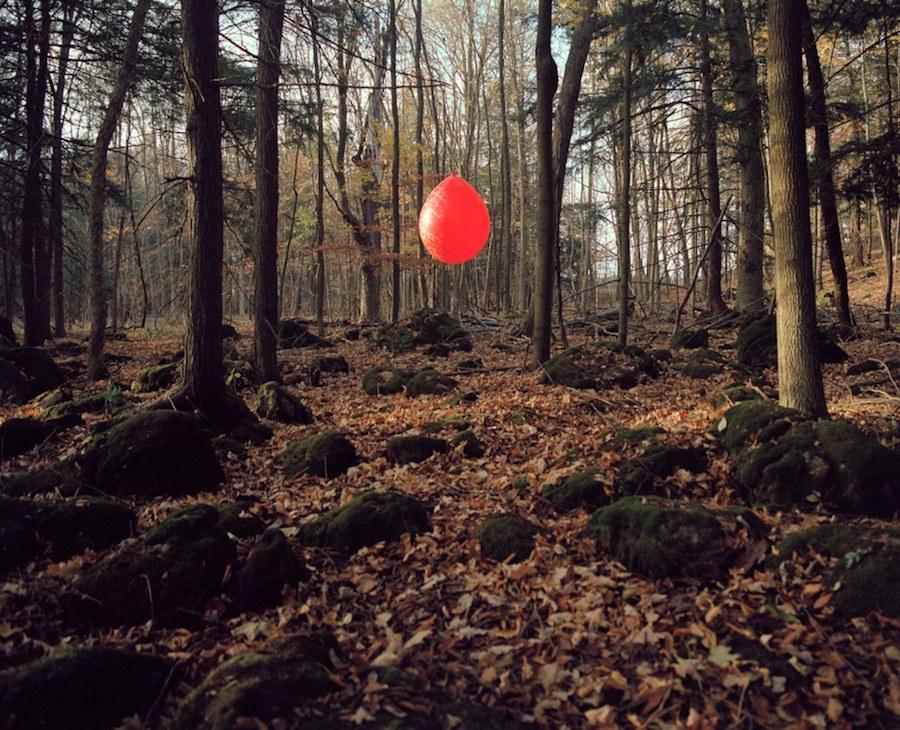 creativewoodandballoonsinstallationintheforest-4