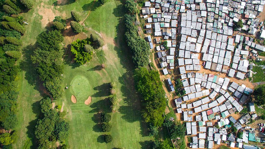 Striking-Aerial-Pictures-of-Limits-Between-Rich-and-Poor1