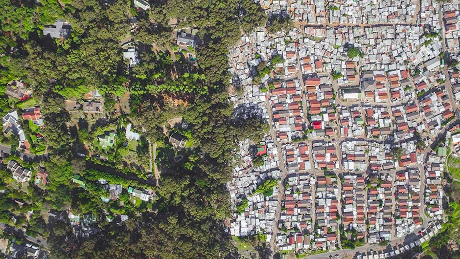 Striking-Aerial-Pictures-of-Limits-Between-Rich-and-Poor10
