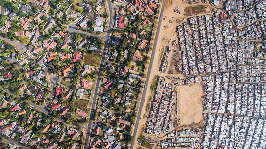 Striking-Aerial-Pictures-of-Limits-Between-Rich-and-Poor2