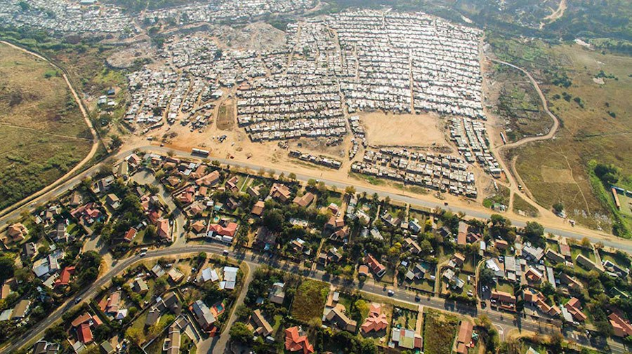 Striking-Aerial-Pictures-of-Limits-Between-Rich-and-Poor4