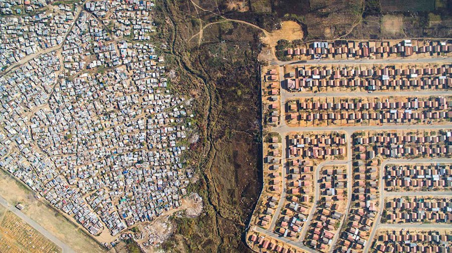 Striking-Aerial-Pictures-of-Limits-Between-Rich-and-Poor6