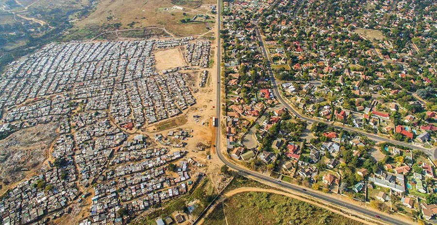 Striking-Aerial-Pictures-of-Limits-Between-Rich-and-Poor7