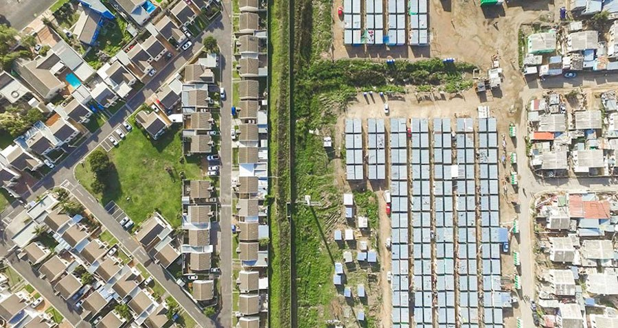 Striking-Aerial-Pictures-of-Limits-Between-Rich-and-Poor8