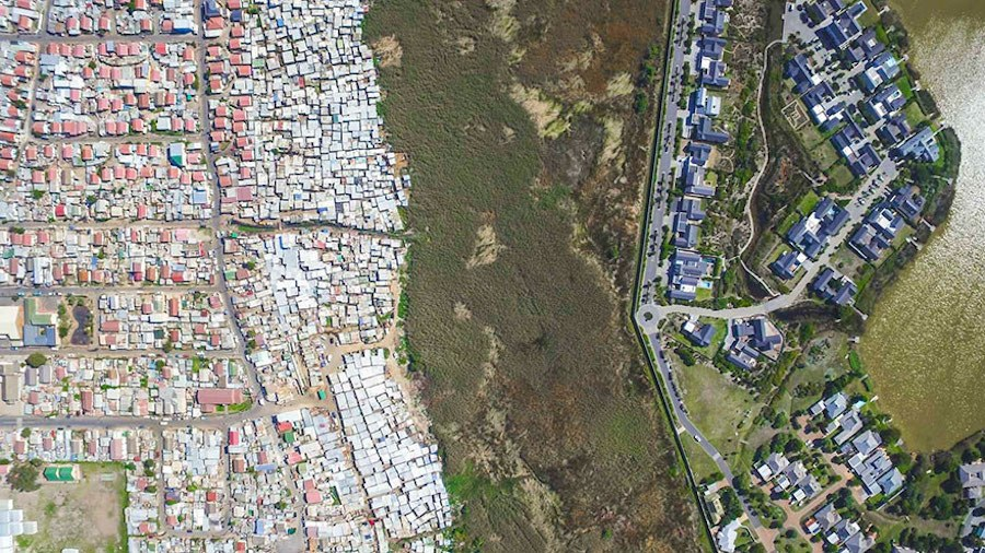 Striking-Aerial-Pictures-of-Limits-Between-Rich-and-Poor9