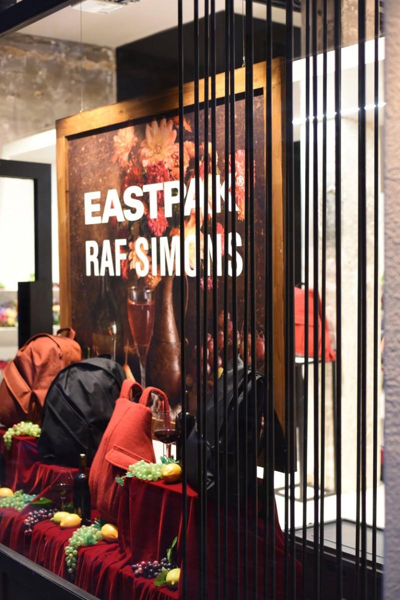 684246e9fe Κάθε τσάντα της συλλογής Raf Simons x Eastpak VII έρχεται με μία exclusive  κοινή ετικέτα