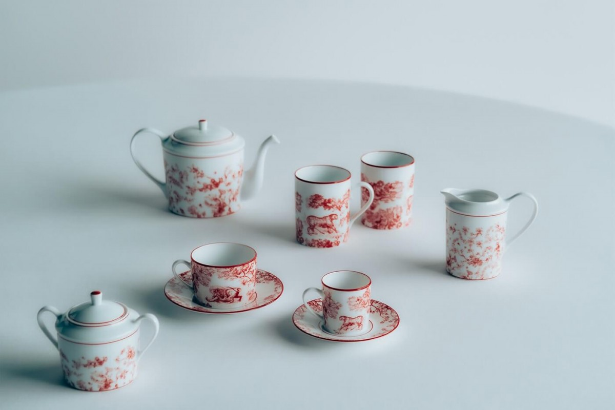 https hypebeast.com wp content blogs.dir 6 files 2021 01 dior maison homeware toile de jouy rouge valentines day collection plates saucers teacups notebook price where to buy 3