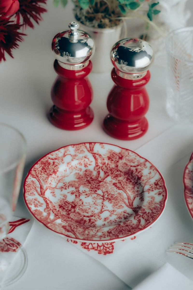 https hypebeast.com wp content blogs.dir 6 files 2021 01 dior maison homeware toile de jouy rouge valentines day collection plates saucers teacups notebook price where to buy 5